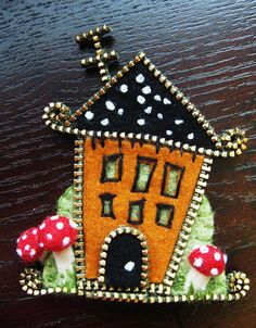 Use a little zipper, felt and threads and you have an adorable broach.