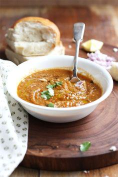 Pav bhaji, es un plato que se originó en la cocina de Mumbai, en la actualidad se ha vuelto popular en la mayoría de las áreas metropolitanas de la India, sobre todo en las de estados de la India central y occidental. Pav significa pan. Bhaji en marathi significa plato de verduras.