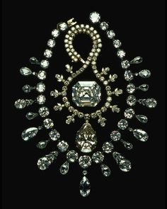 127.01 carats, The Portuguese Diamond | 67.89 carat, The Victoria-Transvaal Diamond | 263 total carats, The Napoleon Diamond Necklace. #Famous #Diamonds