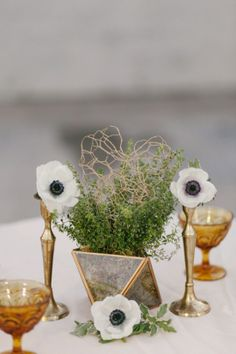 anemone and gold table decor http://bit.ly/1hWX5m0