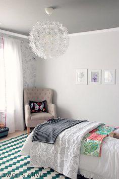 Pale walls, darker grey ceiling