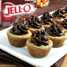 Pudding Cookie Cups     16 1/2 ounces prepared chocolate chip cookie dough     1 package (3.9 oz, or any 4-serving box) JELL-O instant pudding, any flavor     1 cup milk (I use skim)     sprinkles, for decoration