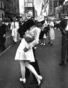 Famous Kiss In Times Square WWII Soldier and Nurse. LOVE.
