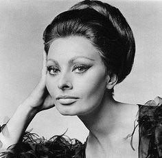 Sophia Loren é considerada uma das atrizes mais amadas e exuberantes da história do cinema, com uma carreira de mais de 50 anos. A mulher Sophia, que competiu nos anos 60 com Marilyn Monroe e Jane Fonda, foi considerada em 1999 pela revista People a mulher mais bela, sensual e talentosa dos últimos tempos.