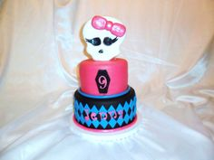 I love the sparkly bow on this Monster High birthday cake.