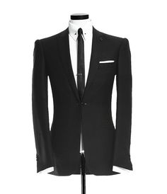 Peak lapel jetted pocket black suit with a front link and collar pin