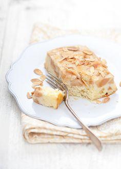 Torta rovesciata di mele con cannella e mandorle