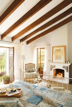 Dormitorio rústico con chimenea.