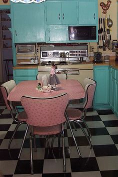 retro kitchen...oh my I love love love the table & chairs, this is how I want my kitchen now!