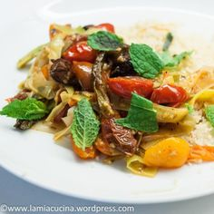 Fried aubergines with leeks and tomatoes