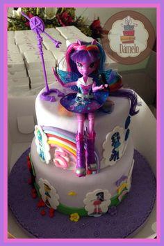 Equestria Girls!!! Maqueta de 2 pisos, decorada con fondant, con figuras impresas en papel de azúcar y con muñeca de verdad.