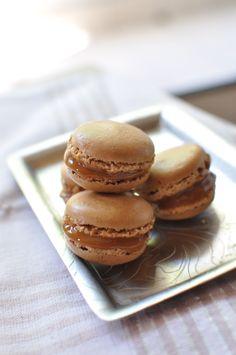 Macarons au caramel au beurre salé. Plus de recettes de macarons sur www.enviedebienmanger.fr/idees-recettes/recettes-macarons