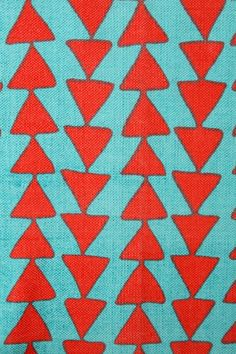 Tapis flèche - Rouge chez Urban Outfitters