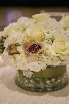 Neutral centerpiece ~ Photography by Vanessa, Fresh Urban Flowers | bellethemagazine.com