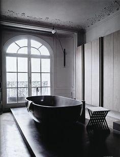 black bath tube