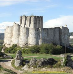 Château Gaillard, above the commune of Les Andelys overlooking the River Seine, in the Eure département of historical Normandy, now Upper Normandy, France... http://www.castlesandmanorhouses.com/photos.htm ... Château Gaillard is a ruined medieval castle. Construction began in 1196 under the auspices of Richard the Lionheart, King of England and Duke of Normandy. The castle was built in just two years, at the same time the town of Petit Andely.
