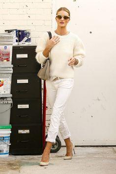 ¿NADA QUÉ PONERTE? El color blanco da la bienvenida a la semana con unos vaqueros perfectos y el jersey más apetecible del armario. Inspírate con Rosie Huntington-Whiteley y su 'effortless-chic'.