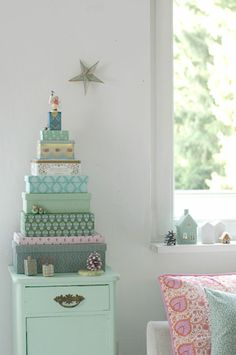 mooie pastels ~ stacked boxes as tree