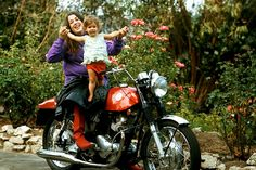 Cass Elliot and her daughter Owen. (photo by Henry Diltz)