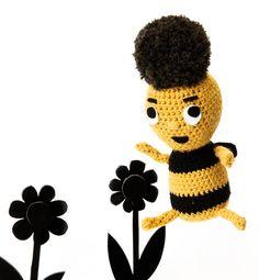 Modèle doudou #abeille au crochet : une petite tête toute douce en Phil Teddy, des yeux en feutrine et de belles rayures noires... C'est Giselle l'abeille, un modèle de doudou au crochet d'environ 22cm. #bee doudous phildar, modèl doudous, doudous disdonc