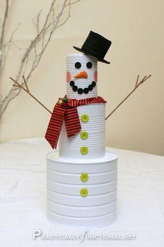 Muñeco de nieve con latas pintadas