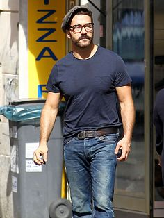 Jeremy Piven showed off his specs-appeal while taking a casual stroll through the beautiful Rome. Love his chunky square, maroon glasses!