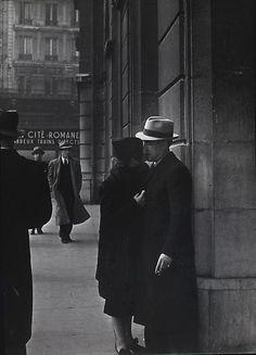 Brassaï - Couple d'Amoureux a la Gare Saint Lazare, 1937-38. ☚