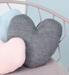 Modèle coussin en forme de coeur. Coussin câlin en forme de coeur pour décorer sa chambre. Modèle unicolore de taille moyenne, tricoté en jersey.