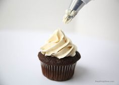 How to frost the perfect cupcakes I Heart Nap Time | I Heart Nap Time - Easy recipes, DIY crafts, Homemaking @Jalyn {iheartnaptime.net}