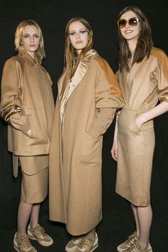 Take a cue from #MaxMara this season and opt for going tonal head-to-toe -trust us, it will instantly slim your look!