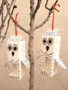 Cómo hacer una casita en forma de búho con bricks de leche para pájaros para poner en los árboles.