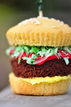 Can't get over how CUTE these Hamburger Cupcakes are! <3 love! Perfect for tailgates, birthday parties…or really, just because.