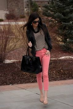 I love this outfit from head to toe! The light pink skinny jeans and black and white pattern blouse look amazing!