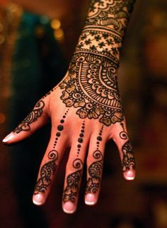 Bridal Henna - I love this idea, but maybe for my feet instead.. #henna #hena #mehendi #mehndi #indian #turkish #arabic #draw #drawing #hands # foot #feet #body #art #arte #artist #tattoo #bridal #wedding #love #beautiful #pic #picutre #photo #photography #foto #fotografia #detail #doodle #bw #black #white #bronze #red #color