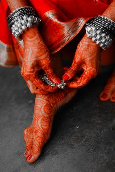 Anklets and Mehendi aka henna. wedding henna, red, indian jewelry, silver jewellery, color, beauti, anklets, bangles, henna hands