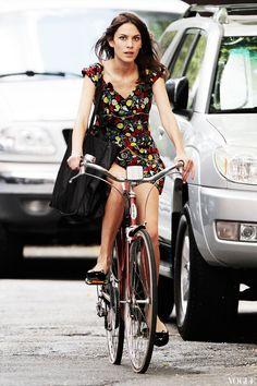 Алекса Чанг в своих любимых балетках Charlotte Olympia на велосипедной прогулке в Нью-Йорке