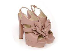 Braccialini ci propone dei sandali in colore rosa antico con fiore nella parte superiore.  Tacco alto e plateau, per essere sempre alla moda!