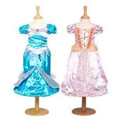 Met deze 2 in 1 verkleedjurk tover je jezelf in een handomdraai om van een mooie prinses in een zeemeermin. De ene kant van deze jurk is een mooie roze prinsessen jurk met gouden details en wanneer je deze jurk binneste-buiten keert krijg je een zeemeerminnen jurk met zeepaard versiersel. De onderrand van deze jurk is voorzien van een hoepel.    Machine wasbaar op 40° op een wasprogramma voor fijne stoffen.