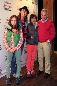 Mabel Lozano y su marido, el productor Eduardo Campoy, con sus hijos en una fiesta de Halloween en el Parque de Atracciones de Madrid