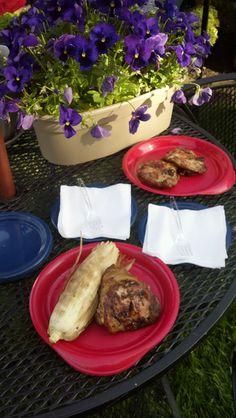 Tara is showing off her summer cookout spread over the holiday weekend with #reusable #plastic partyware.