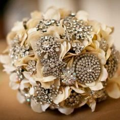 We love brooch bouquets! Step-by-step instructions to make a gorgeous brooch bouquet like this one.