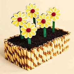 Flower box cake with cookies