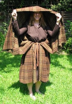 How to Wrap a Arisaid / Laena Roman Briton Celtic Cloak (5th c?) Website: http://www.realmagick.com/laena/