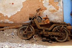 Abandoned - A motorcycle and a pair of sandals abandoned in an alleyway in Jaipur.