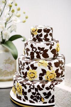 ► Pastel de boda con hojas y flores. #pasteles #bodas