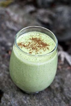 This Cinnamon Apple Smoothie is AMAZING!! It is perfect for autumn! #skinnyms #cleaneating #smoothie #recipe