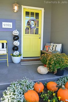 Build this easy stacked pumpkin topiary to add some Halloween fun to your porch.