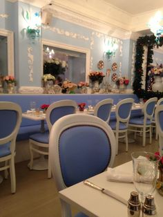 The Moore's had a fancy New Years Eve lunch at the most delightfully tacky Italian Restaurant in London!