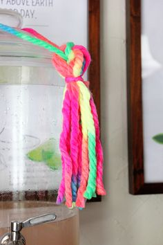 Decora tu fiesta neón con flecos de cuerda de colores neón / Decorate your neon party with tassels made from neon string or wool