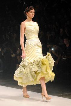 Coleção verão 2014 de Samuel Cirnansck na SPFW - inspirada em flores da Indonésia e Holanda. A ideia era transmitir a vida da flor que no início é um botão (vestidos justos), depois desabrocha (vestidos volumosos) e fecha-se novamente (morre). Saiba mais em http://vestidos-de-formatura.com/vestidos-de-formatura-inspirados-na-colecao-de-samuel-cirnansck/ #spfw